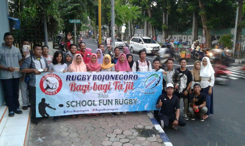 Rugby Bojonegoro Bagi Takjil untuk Pengguna Jalan